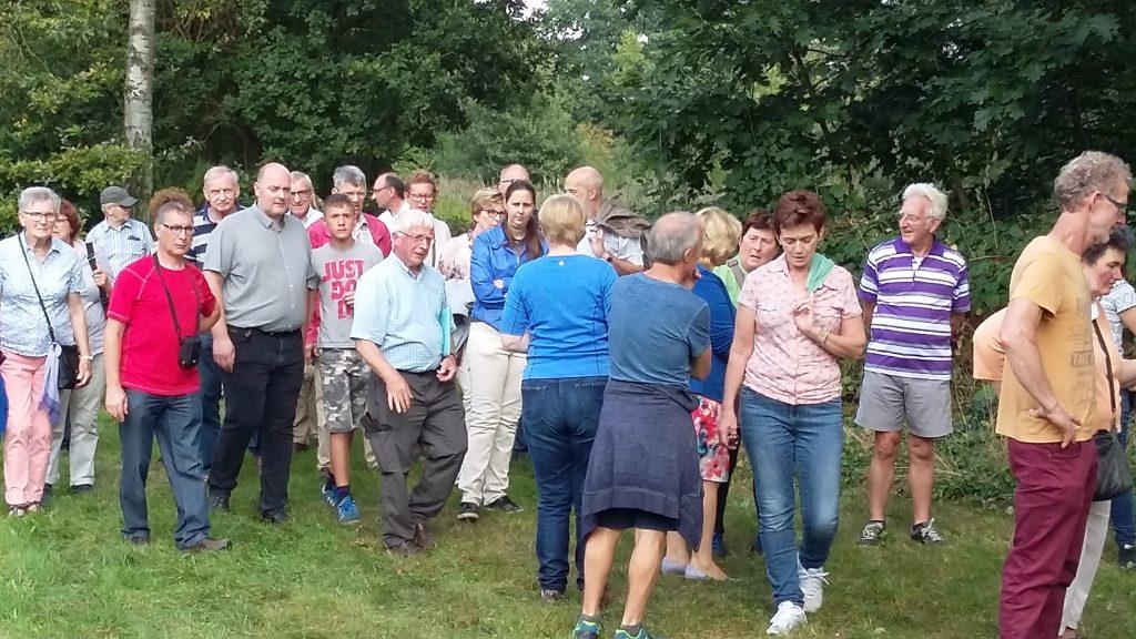 De bezoekers hingen twee uur lang aan de lippen van gids Albert Geuens (Natuurpunt). (foto: Erfgoed Lommel)